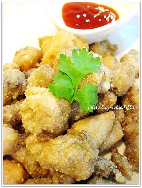 Taiwanese fried chicken [Air-fryer recipe]    Ingre: boneless chicken thigh, crispy frying powder fix, tapioca starch, marinating sauce <1 egg, black pepper, soy sauce, garlic, five spices>    1. marinate chicken in the marinating sauce for 20 minutes.  2. cover chicken with very thin tapioca starch and leave for 2 mins.  3. cover each chicken pieces in crispy frying powder.  4. Place in air-fryer net - 160 degrees for 8 mins.  5. flip and then 200 degress for another 3 mins