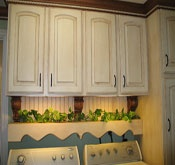 Darling decor idea above washer and dryer. I love it!
