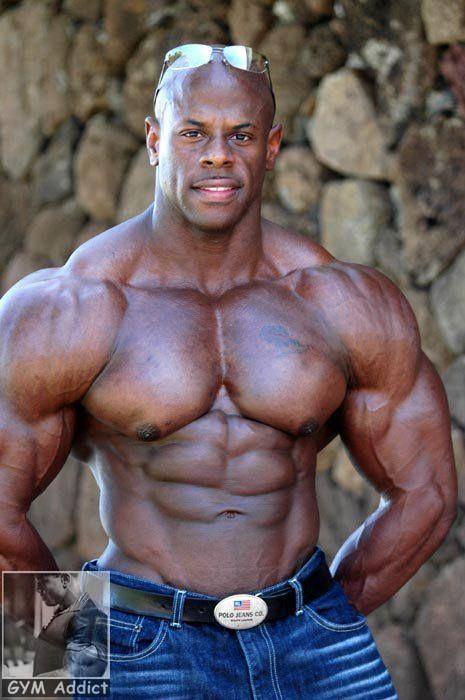 Hombre musculoso follando jovencita