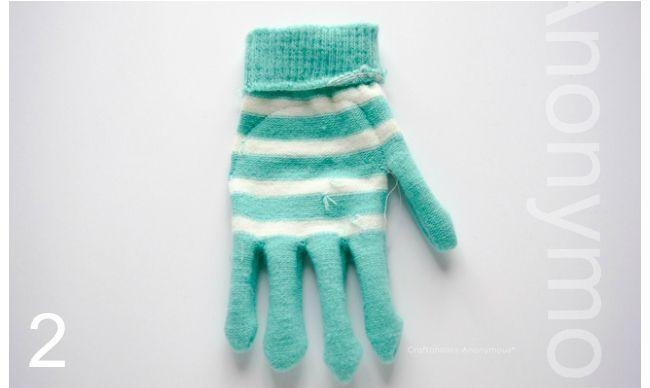 Petits monstres en peluche avec des gants