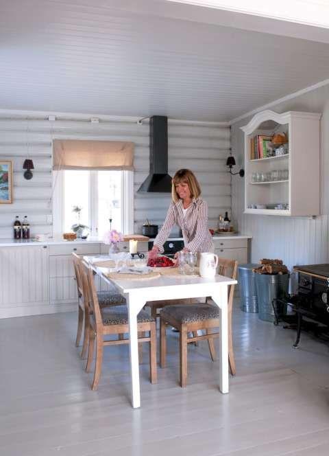 """RENT OG HVITT: Med hvitemalte vegger, ny Ikea kjøkkenbenk ble dette tidligere lukkete rommet en sprek opplevelse. Lingardiner fra Green Apples """"De fire årstider"""" pryder vinduer i hele huset."""