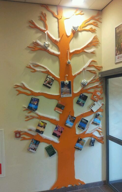 De beloningsboom: Maak een boom uit kurk en hang hem op in je klas. Maak naamkaartjes of kaartjes met foto's van de kinderen van je klas. Alle kinderen starten onderaan de boom. Telkens ze iets goed gedaan hebben stijgen ze een tak naar omhoog in de boom. Als ze boven zijn, krijgen ze een beloning. Extra: Je kan de boom aankleden volgens de seizoenen.
