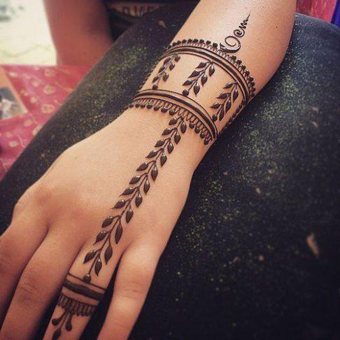 Trending minimal new bridal mehndi design ideas for this wedding season - Lace Glove henna | Jaali Design henna | Jewellery design henna | Finger Henna
