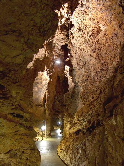 Szemlő-hegyi-barlang (Budapest): A hévizek munkáját őrzik a barlang jellegzetes képződményei, a borsókövek, amelyek a mészkősziklák azon pontjain keletkeznek, ahol a falat a hőforrások vize éri. A borsókövek sárgásfehér gömböcskékből felépülő fürtöket alkotnak. Ezekhez gipszbevonatok illetve tűs aragonitcsoportok társulnak. A barlang Budapest egyik fokozottan védett természeti értéke.