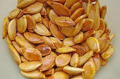 Geröstete Kürbiskerne (Pfanne oder Ofen), salzig oder süß: Kerne über Nacht in Salzwasser einlegen, anmachen, rösten.