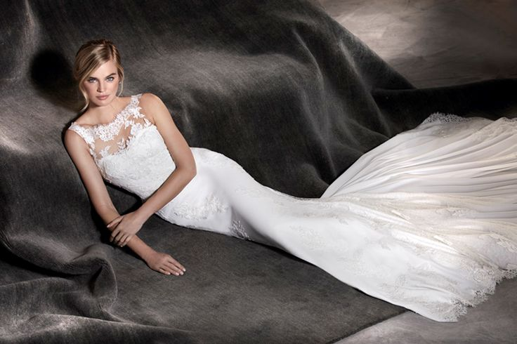 AGATA - The details of this wedding dress create a unique piece. The crepe and tulle of the dress combine perfectly with the lace, the thread embroidery and the gemstones