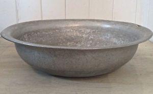 Antiquité. Collection. Grand bassin ancien en fer blanc