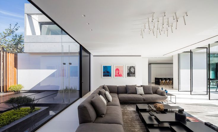 Spectacular modern concrete and glass dwelling in Israel