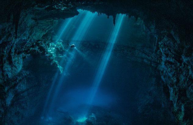 Taucher in einer Cenote nahe Tulum - Cenoten - Die heiligen Höhlen der Maya 1 - NATIONAL GEOGRAPHIC