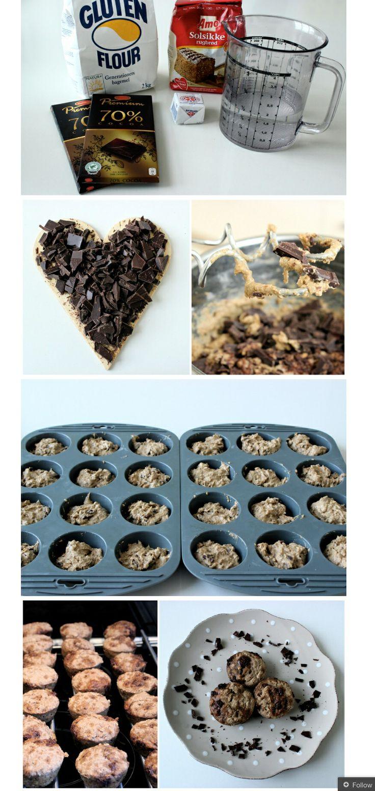 Mmm. lækre og sunde rugbrødsmuffins med chokolade! De er lækre som et mellemmåltid eller som en lille hyggeting til madpakken.   Man skal bruge:  1/2 pakke gær 1/2 l lunkent vand 400 g rugbrødsblanding (evt. fra AMO) 125 g hvede mel 200 g mørk chokolade (70%) Opløs gæren i vand. Bland mel og rugbrødsblandingen i og rør godt. Kom chokoladen i. Kom dejen i muffinforme og lad dem hæve i 50 min, tildækket. Bag dem ved 200 c i 16-20 min.