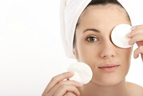 O que mais podem beneficiar as olheiras são as compressas geladas com soro fisiológico ou chá de camomila... Elas tem que ser bem geladas para um resultado melhor...