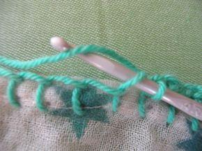 Fair une bordure au crochet sur un tissu : commencer par un point de feston tout autour, puis mailles serrées