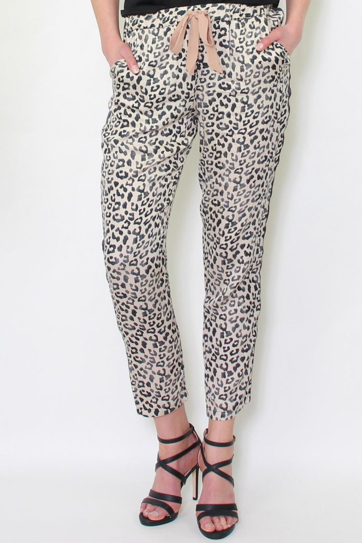 Premium Hose im Leoparden-Muster von Gaudi   lockerer Sitz   die trendige Hose von Gaudi hat 2 seitliche Einschubtaschen sowie einen elastischen Bund   auf der Rückseite befindet sich eine Einschubtasche   die Hose i