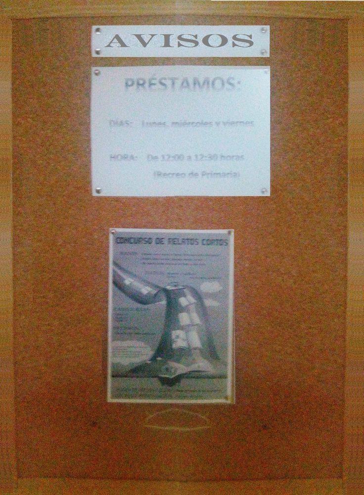 Tablón de anuncios. Está en el pasillo, junto a la puerta de entrada a la Biblioteca.