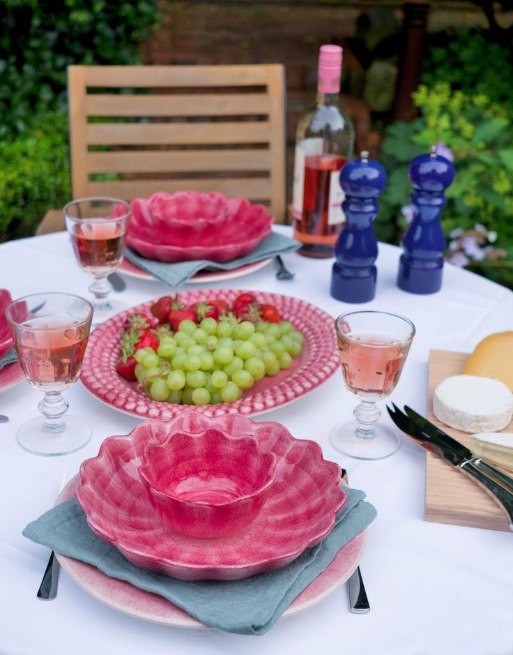 Mateus Geschirr in leuchtendem Pink. Oyster Schale und Bubble Platte.
