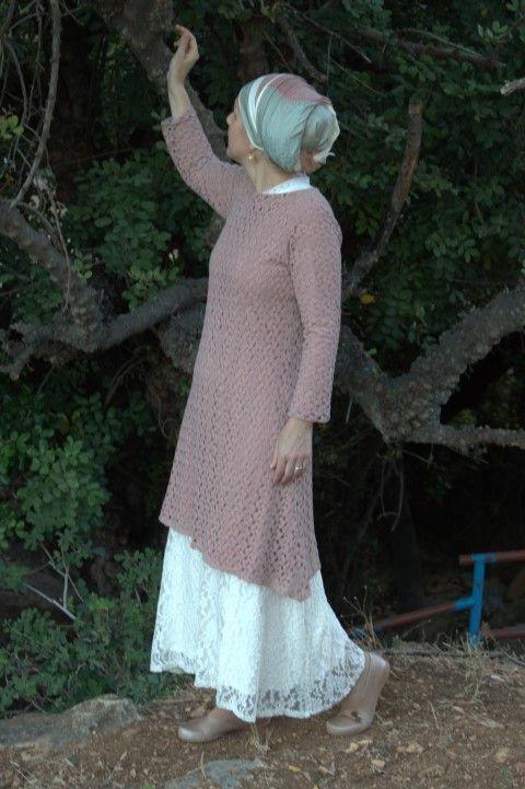 טוניקה חומה משולבת עם שמלת ערב לבנה