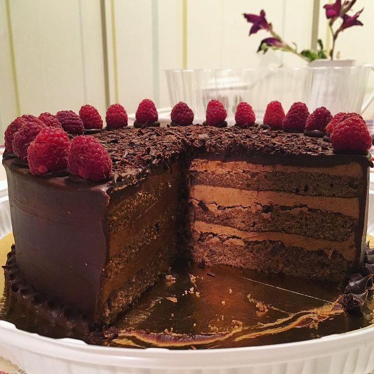 Вариация на тему Праги Такая красота! Торт ручной но не моей работы нужно обладать огромным терпением чтобы такое приготовить Not by me but a gorgeous homemade cake a-la Sacher #chocolate #chocolatecake #sachertorte #tort #pie #strawberry #cacao #sweet #food #foodporn #foodblog #eat #yummy #fff #followme #handmade #прага #шоколад #шоколадныйторт #еда #фудпорн #фудблог #рекавери #взаимно #подписка #рпп #вкусно #малина #выпечка