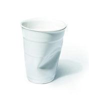 Deukbeker keramiek | van 34 euro voor 30 euro | geldig tot moederdag |  Rob Brandt was in zijn jonge jaren werkzaam in een ziekenhuis waar koffie uit keramieken bekers werd gedronken. Om geld en afwastijd te besparen, stapte men over op plastic koffiebekers. Helaas was niet iedereen gecharmeerd van plastic. Brandt besloot daarom het model van dit bekertje van aardewerk te maken: het groeide uit tot een wereldwijd fenomeen.