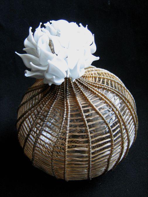 "Tiny Lotus Blossom (2012) // Verre soufflé, tissage, travail au chalumeau, tendon artificiel, fils, 15 x 11 x 11 cm / Blown glass, weaving, flame-working glass, artificial sinew, wire, 5,75"" x 4,25"" x 4,25"""