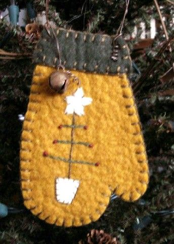 Mitten w/Tree Ornament-mitten,primitive,pennyrug,penny rug,ornament,tree,christmas tree,folk art