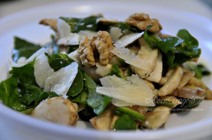 Svampsallad: råa champignoner, rikligt m citronsaft, rucola, parmesan, pinjenötter