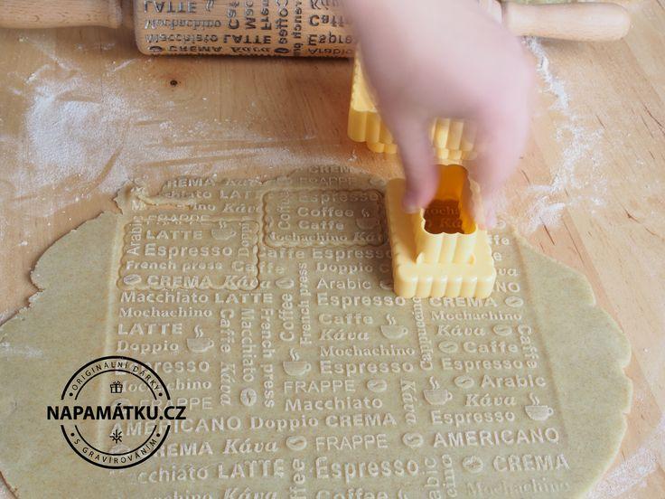 Vykrajování originálních vzorovaných sušenek ...
