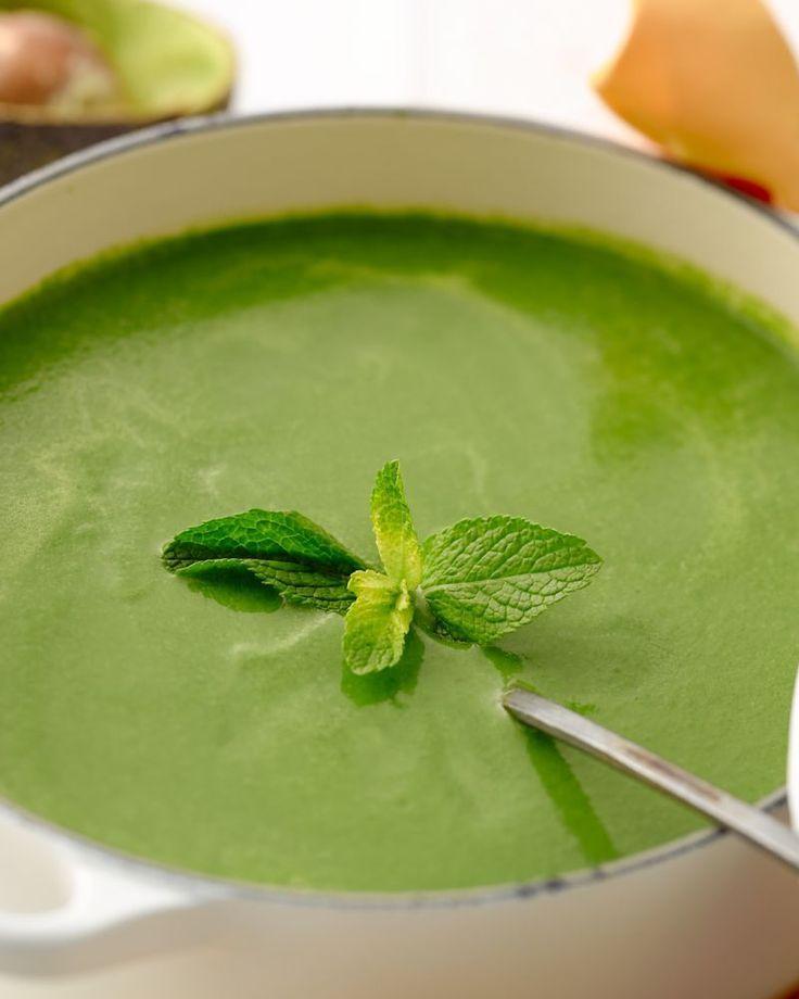 Spinazie soep met avocado en verse munt