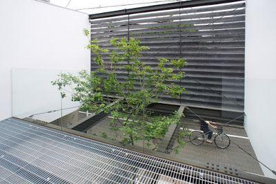 バルコニーに出ると、存在がほとんど分からない強化ガラスの手摺により開放的だ。 ルーバーはプライバシーを確保しつつも風は抜けるようになっている。ご覧のように通りを行く人との視線も合いにくい。japan-architects.com: 黒崎敏/APOLLOによる杉並の住宅「ARK」