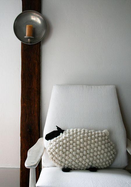 Bobble Sheep Pillow Free pattern ♥  5000 FREE patterns to knit ♥: http://www.pinterest.com/DUTCHKNITTY/share-the-best-free-patterns-to-knit/