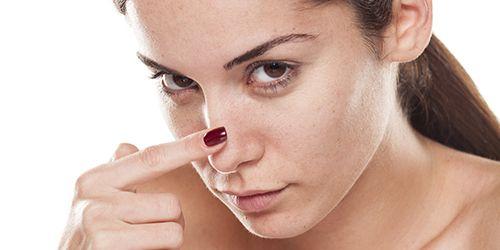 Aprenda criar efeitos que tornam o nariz menor usando apenas maquiagem. Você vai se surpreender com os resultados e esquecer que existe cirurgia plástica.