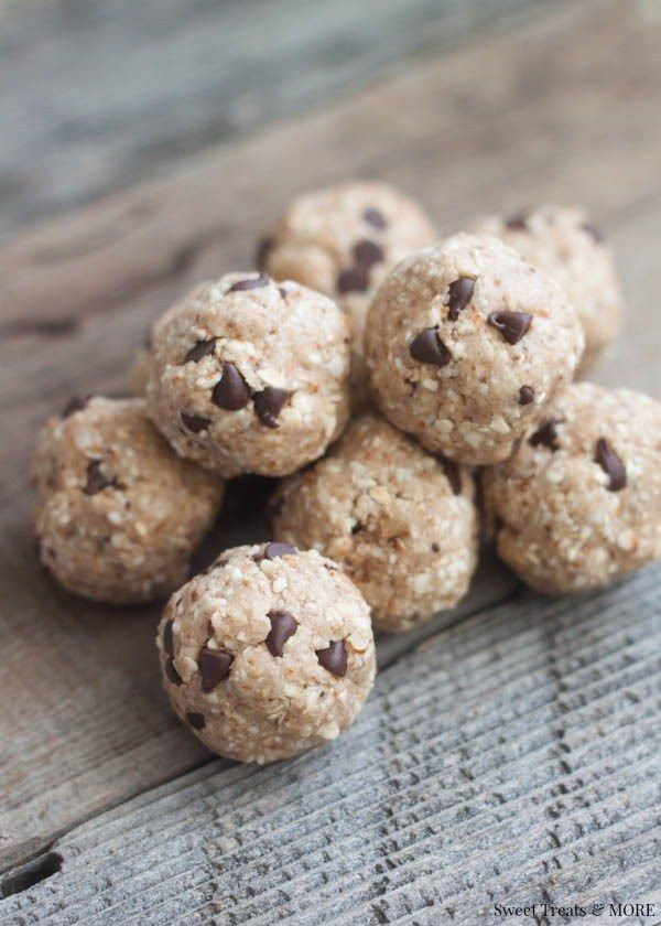 CHOCOLATE CHIP COOKIE DOUGH PROTEIN BITES (cashew or almond, oats, protein powder, chocolate chips)