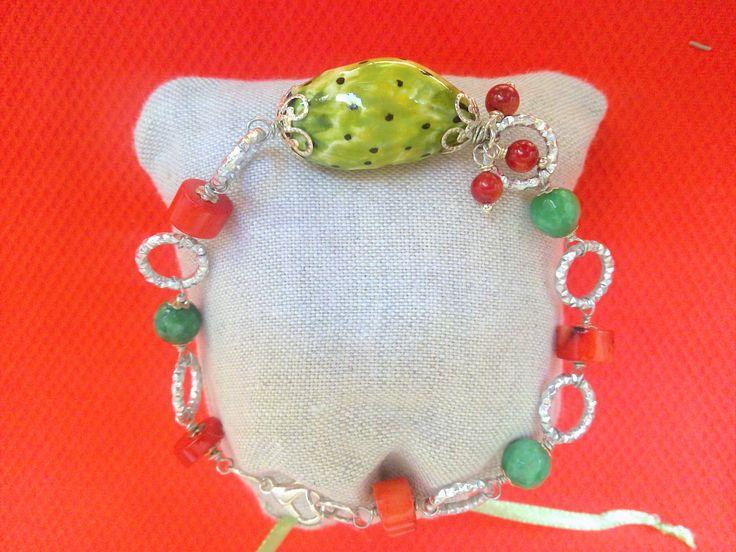 Bracciale Fico d' india in ceramica corallo  pietre verdi bigiotteria   cerchietti argentata. Con custodia Made in Sicily .  Contatti  peonie.accessori@gmail.com                tel . 339/8778952