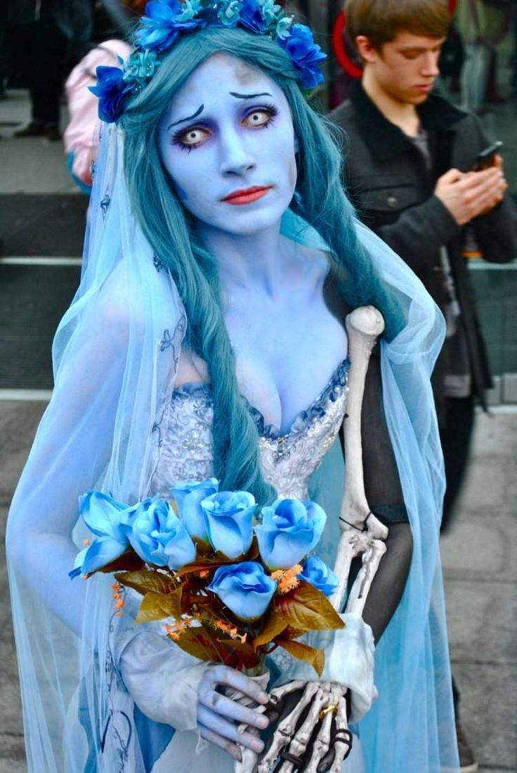 costumes d'Halloween - déguisement de mariée avec robe à bustier et maquillage bleu