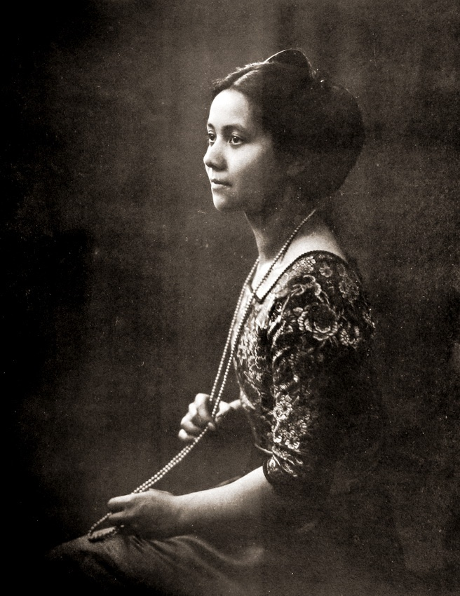 Portrait of a lady (Dutch Indies, c1915)    Photographer: Adriaan Boer, The Netherlands  --- who likes vintage photography should definitly check this fabulous blog