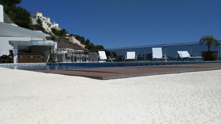 La #piscina de nuestro resort es perfecta para estar relajado y disfrutar del tiempo libre. ¡Ven a #Calpe! #ColinaHomeResort #ColinaCalpe #Resort #ColinaResort #ResortCalpe #Resort #Desconecta #Relax