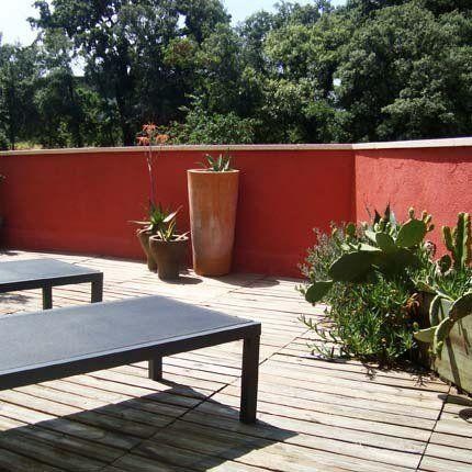 Un bandeau rouge pour souligner le contour de la terrasse
