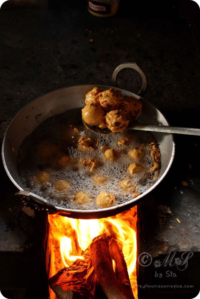 Aloo Bonda ~ Deep fried spicy mashed potato and mixed vegetable balls coated in spicy gram flour batter #recipe #food