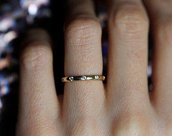 Bague en diamant minuscule minces. Parfait pour les empiler. Je peux aussi faire treize bague comme un anneau darticulation. solide bande or 18 carats.  Informations sur le produit : • Pierres précieuses : diamant • Taille de pierres précieuses : 0,005 ct - 1mm • Qualité de pierres précieuses : pureté VS, G en couleur • Matériel : 14/18 k, or massif jaune/blanc/rose, argent • Or poids: environ 1,6 • Dimensions: environ 1,5 mm de large • Caractéristiques particulières: 5 diamant...