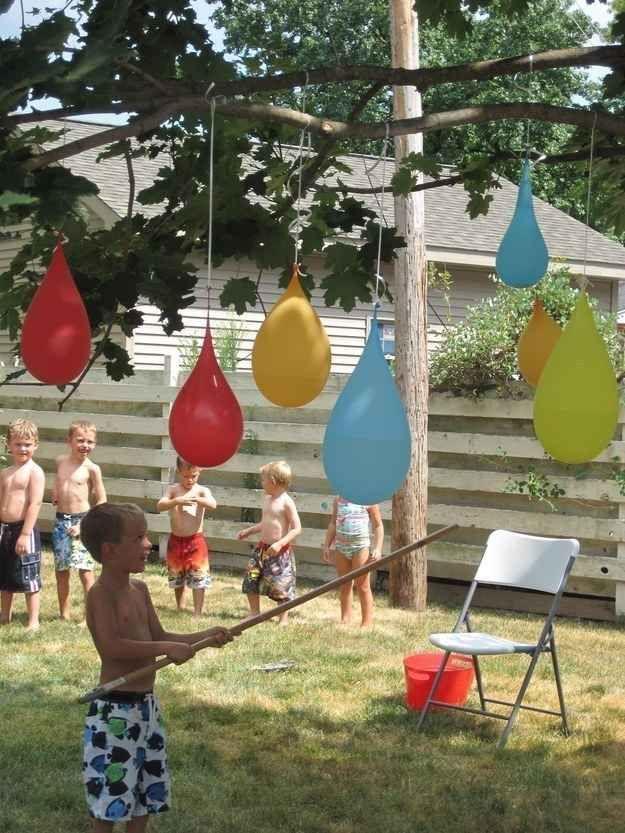 Practica un juego refrescante con piñatas hechas de globos llenos de agua.