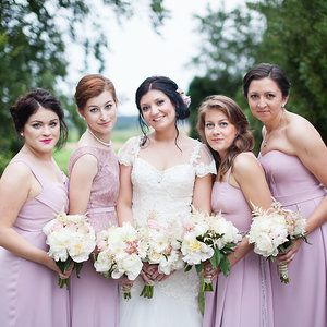 Braidmaides and the bride, dirty pink dresses, wonderfull flowers.