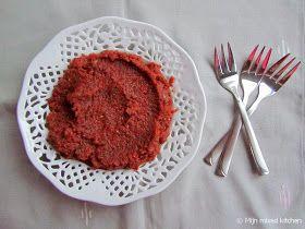 Mijn mixed kitchen: Acılı antep ezmesi (pittige Turkse dip) 2 uien 4 groene pepers (hoe donkerder van kleur, hoe pittiger) 1 rode puntpaprika 1 (tros)tomaat 2 teentjes knoflook 1 eetlepel peperpuree sap van 1 halve citroen 1 handvol verse platte peterselie zout, peper, pul biber (droge) munt, komijn, sumak