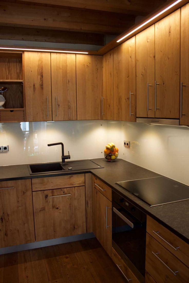 Raumhohe Massivholzkuche In Eiche Wildholz Mit Granit Arbeitsplatte Antik Geflammt Kuche Von Henche Mobel Solid Wood Kitchens Wood Kitchen Small Kitchen Decor