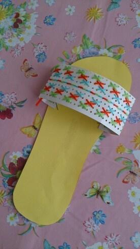 Zomer knutsel, slipper met borduurkarton. Ben je op zoek naar borduurkarton? http://credu.nl/product/borduurkarton/