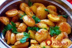 Aj zobyčajných zemiakov môžete vykúzliť vynikajúce jedlo sfrancúzskym šmrncom. Abudte si istí, že keď túto pochúťku raz vyskúšate, nebudete sa jej vedieť nabažiť! Potrebujeme: 750 g menších nových zemiakov 2 lyžice olivového oleja Soľ akorenie podľa chuti Omáčka: 1 väčší strúčik cesnaku 70 ml rastliného oleja 2 lyžice dijonskej horčice 2 lyžice jablčného octu 2...