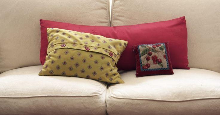 Como reconstruir um sofá . Um sofá pode assumir uma personalidade completamente diferente modificando certas características como o formato do encosto, braços, pernas e saia (ou a falta dela). Se a estrutura e molas produzirem som, e o estofamento for de boa qualidade, modificações no estofamento criarão um visual moderno por uma fração do preço de se comprar um sofá novo ...