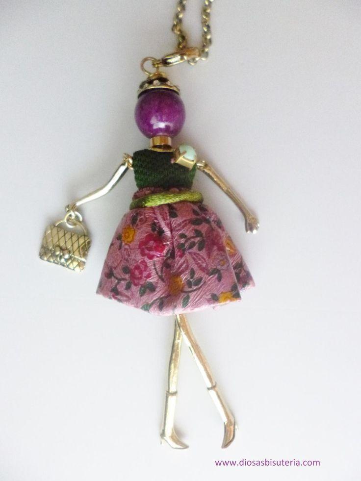 Collar de moda con colgante de muñeca, falda estampada, varios colores. www.diosasbisuteria.com