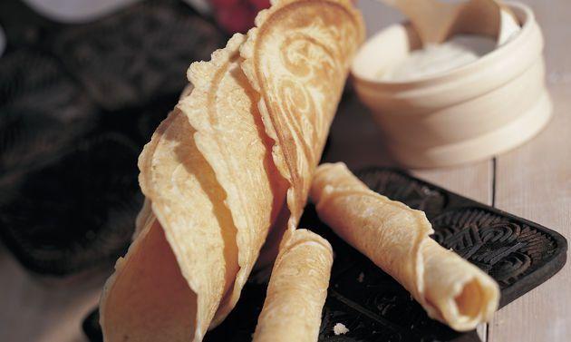 Freiburger Bricelets: Für den Teig Rahm, Wein und Zucker verrühren, bis der Zucker aufgelöst ist. Mehl und Salz beimischen, zu einem glatten Teig rühren,  ...