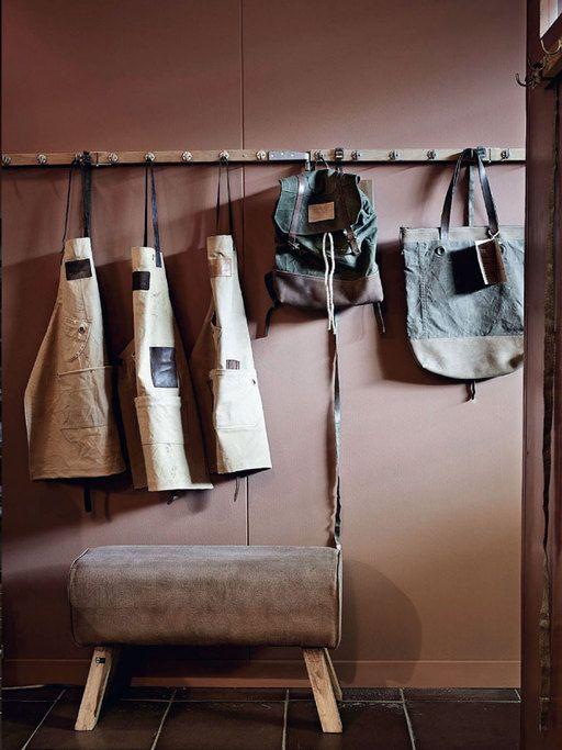 vtwonen stilist Cleo: 'De barbier zit in een echte mannenruimte, op de vloer ligt een robuuste vloertegel, er staat een enorme apothekerskast en de stoere schorten van canvas en leer hangen aan lange kapstokken.