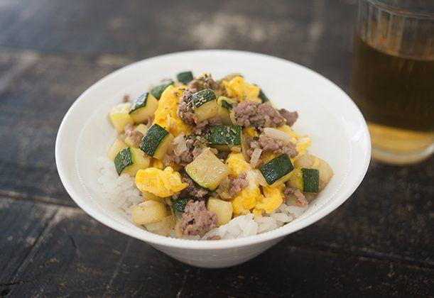 ふわふわ卵に、挽肉と野菜の風味をぜいたくに閉じ込めた口あたりやさしい洋風丼。仕上げにふるオレガノの香りがアクセント。