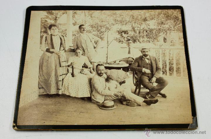 RETRATO DE GRUPO CON MAQUETA DE BARCO, 1890'S. 17X21 CM. CUBA POSIBLEMENTE. - Foto 1
